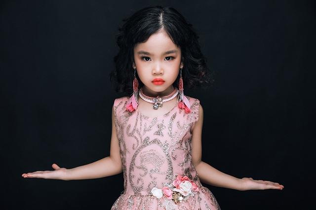 """Mẫu nhí Nguyễn Phương Anh tuy mới 5 tuổi nhưng sở hữu một phong thái xuất thần, được đánh giá tựa như một """"nữ hoàng"""" đầy quyền lực"""
