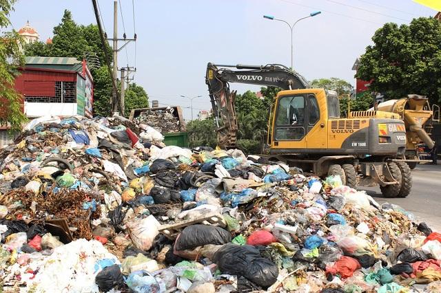 """""""Núi rác"""" ở Hà Nội được thu dọn sau 4 tháng ứ đọng - 1"""