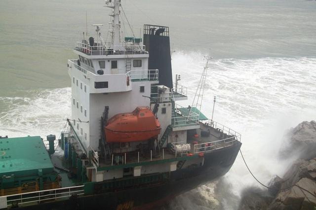 Tàu hàng nước ngoài bị bão số 12 thổi dạt mắc cạn vào ghềnh đá khiến tàu hư hỏng