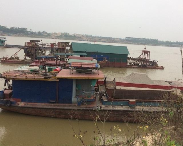 """Tàu cuốc """"ăn cát"""" trên sông Hồng, người dân kêu cứu vì sạt lở."""