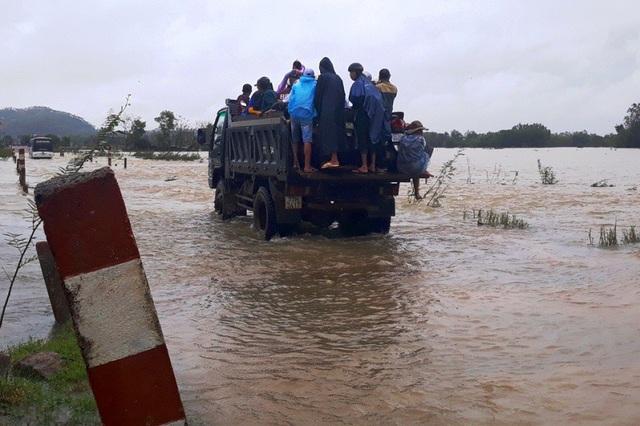 Người dân phải di chuyển bằng xe tải lớn qua các tràn ngập lũ nặng, nhiều khu vực ngập chỉ di chuyển bằng ghe
