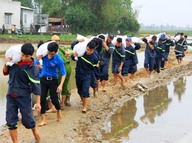 Hàng trăm ĐVTN các cơ sở đoàn trên địa bàn tỉnh Bình Định tham gia giúp dân khắc phục hậu quả sau lũ lụt liên tiếp tại huyện Tuy Phước.