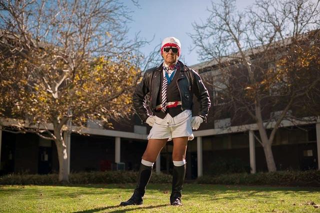 """Trang phục quen thuộc – bất kể nơi đâu của thầy giáo Bevin Wilson – """"huyền thoại sành điệu"""" trong mắt sinh viên trường ĐH Flinders, Úc (Ảnh: Flinders University)."""