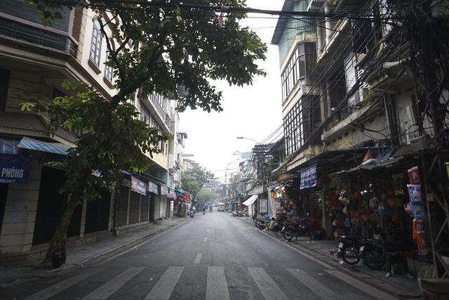 Sáng sớm 1/1/2017, phố Lương Văn Can thênh thang, vắng bóng phương tiện. Đa số các cửa hàng vẫn đóng cửa, tận hưởng ngày đầu năm mới.