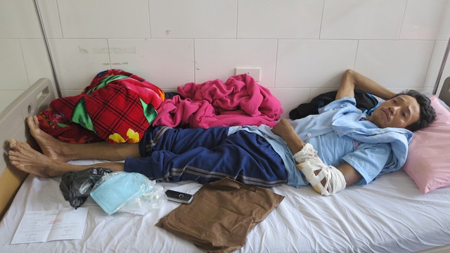 Đáng thương vợ ung thư chăm chồng bị tai nạn trong cảnh không xu dính túi - 1