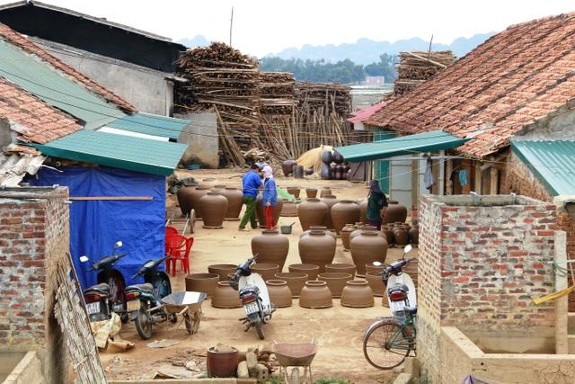Làng gốm Gia Thủy, huyện Nho Quan, tỉnh Ninh Bình có tuổi đời khoảng 50 năm. Nghề truyền thống này phát triển tại địa phương bởi những người thợ gốm có gốc gác Thanh Hóa. Sở dĩ Gia Thủy được chọn để phát triển nghề gốm bởi có chất đất sét đặc trưng, phù hợp với nghề gốm.