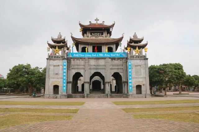 Tháp chuông (Phương Đình) nhà thờ Phát Diệm (Ninh Bình) nơi đặt chiếc sập đá khổng lồ và có tuổi đời trăm năm.
