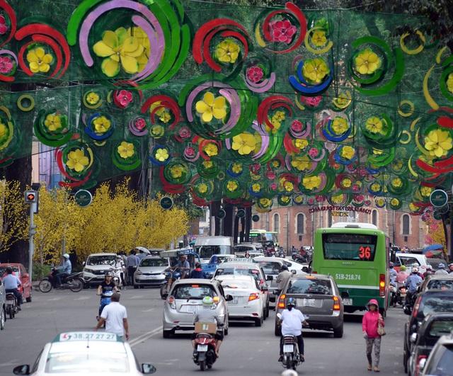 Dù công nhân đã sửa chữa khá nhiều các chi tiết nhưng đèn dây trang trí ở đoạn đường Phạm Ngọc Thạch, quận 1, TPHCM vẫn còn khiến nhiều người chưa ưng ý vì quá nhiều màu sắc gây rối mắt.