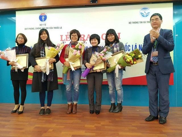Ban tổ chức trao giải 3 cho các tác giả thuộc thể loại báo điện tử. Ảnh: Phương Linh.