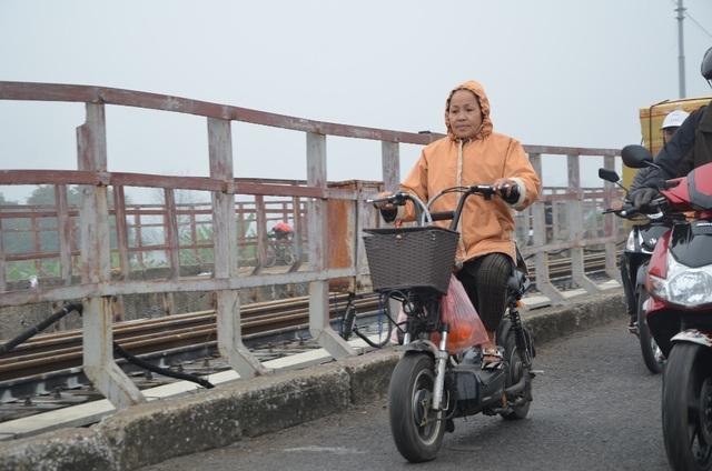 Tại cầu Long Biên, một số người cũng đến thả cá từ sáng, sớm một ngày so với chính lễ vào ngày mai, 23 tháng Chạp.