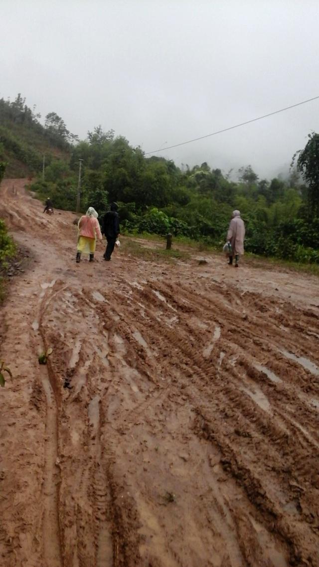 Đoạn đường từ trung tâm huyện Tây Giang vào trường