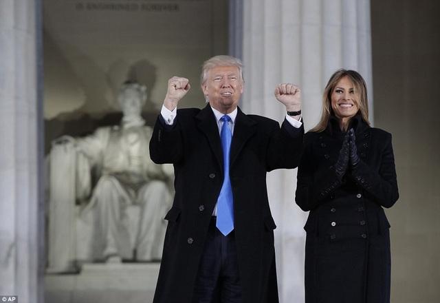 """Ông Donald Trump và phu nhân Melania xuất hiện tại sự kiện văn nghệ diễn ra trước thềm lễ nhậm chức. Chương trình có tên """"Make America Great Again! Welcome Celebration""""."""