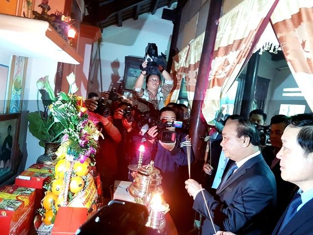 Thủ tướng Nguyễn Xuân Phúc viếng hương nhà thờ Mẹ Nguyễn Thị Thứ