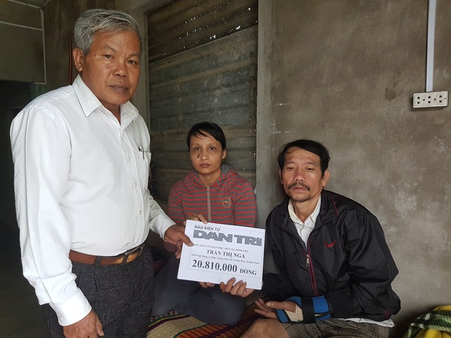 Ông Nguyễn Văn Cam - Chủ tịch Hội Chữ thập đỏ xã Điện Thắng Nam – trao số tiền của bạn đọc Dân trí đến vợ chồng anh Thêm