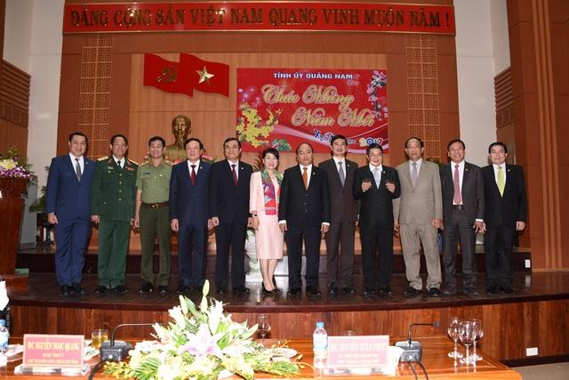 Thủ tướng chụp hình lưu niệm với Đảng bộ và chính quyền tỉnh Quảng Nam