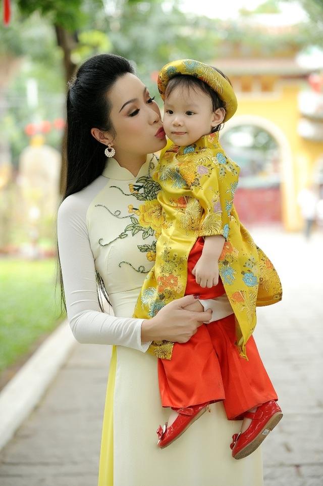 Trịnh Kim Chi duyên dáng đi lễ chùa đầu năm cùng con gái - 7
