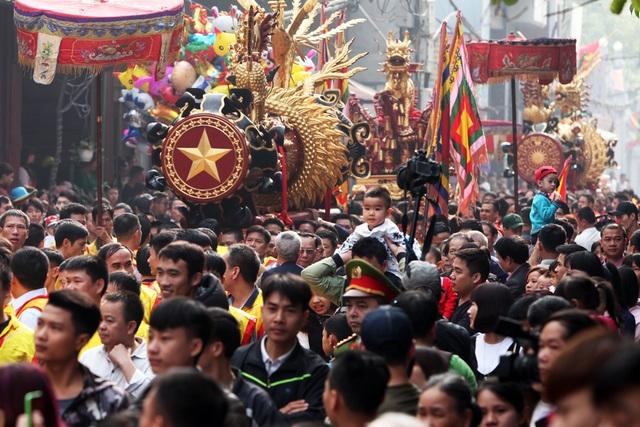 Sáng nay 31/1, hội pháo Đồng Kỵ (Từ Sơn, Bắc Ninh) diễn ra theo truyền thống vào ngày mùng 4 Tết. Đây là một trong những lễ hội nổi tiếng nhất của đất Kinh Bắc và mới được công nhận là Di sản văn hóa phi vật thể quốc gia. Mở màn là nghi lễ rước hai quả pháo khổng lồ trước sự chứng kiến của hàng nghìn người dân Đồng Kỵ và du khách thập phương đứng chật kín hai bên con đường làng.