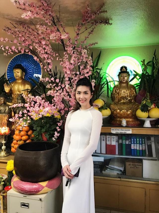 Ngọc Quyên mặc áo dài trắng đi lễ chùa đầu năm trên đất Mỹ.