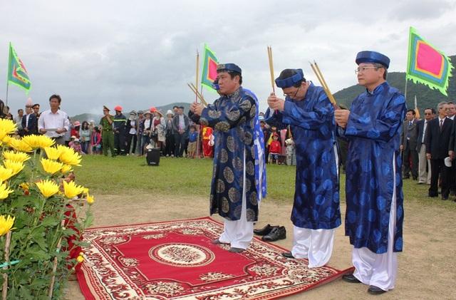 Lãnh đạo tỉnh Bình Định cùng nhân dân khắp nơi dâng hương tại Đài Kính Thiên