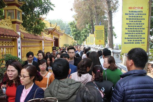 Dòng người tấp nập đổ về chùa Trấn Quốc vào trưa nay (2/2).