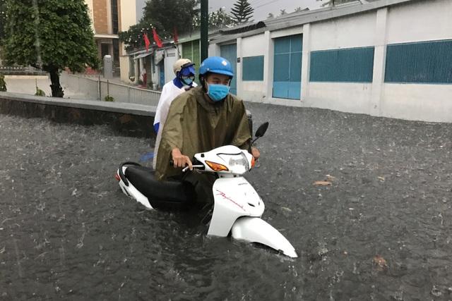 Mưa ngập hơn 1m trên đường Tô Ngọc Vân, đoạn gần nút giao giữa đường sắt và đường bộ.