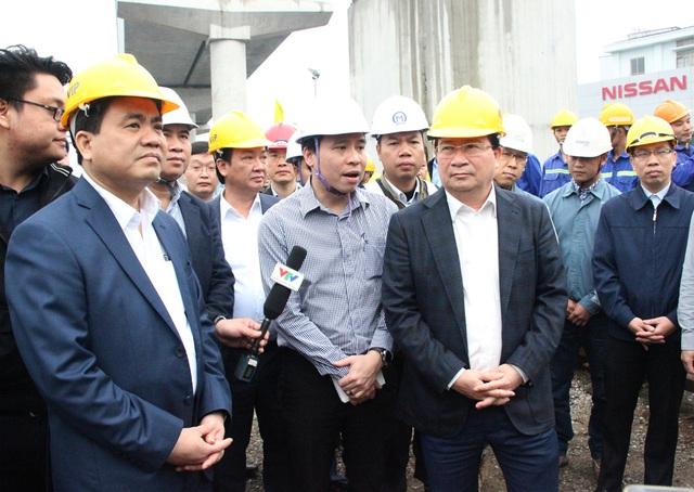 Đại diện Ban Quản lý đô thị Hà Nội báo cáo Phó Thủ tướng về tiến độ thi công của Dự án đường sắt trên cao tuyến Nhổn - Ga Hà Nội.