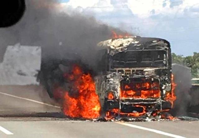Chiếc xe khách bốc cháy ngùn ngụt trên cao tốc Trung Lương (ảnh: Facebook)