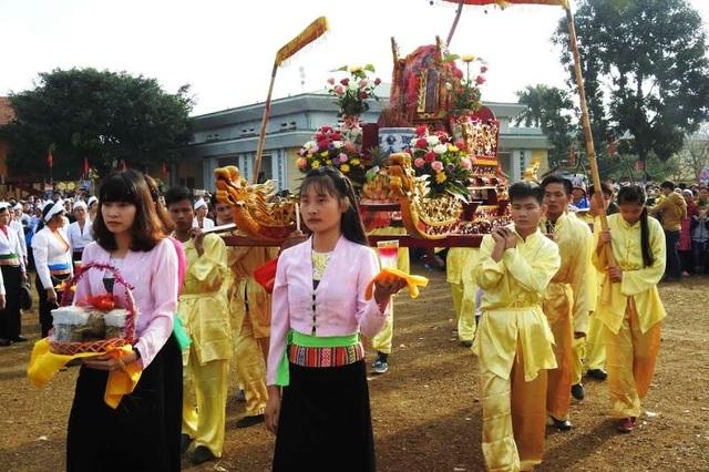 Các nam thanh nữ tú được phân công khiêng kiệu trong lễ rước.