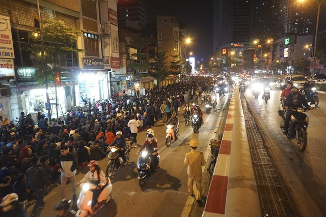 Buổi lễ bắt đầu lúc 17h. Là ngày làm lễ riêng cho những người bị sao La Hầu nên lượng người tham dự chưa đông so với những lần khác, nhưng cũng chiếm một nửa lòng đường phố Tây Sơn.