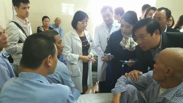 Bộ trưởng Bộ Y tế kiểm tra tại BV K cơ sở Tân Triều. Ảnh: Tú Anh.