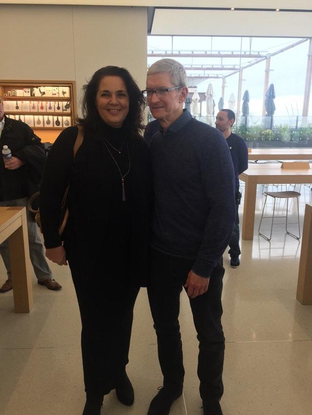 Nhiều người đã không bỏ lỡ cơ hội được chụp ảnh cùng vị CEO của Apple. (Ảnh: Twitter)