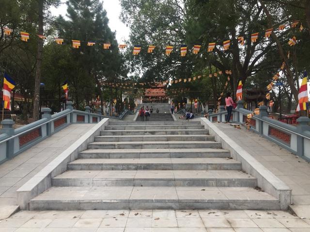 Đường lên chùa Lim được tu bổ khang trang, sạch đẹp.