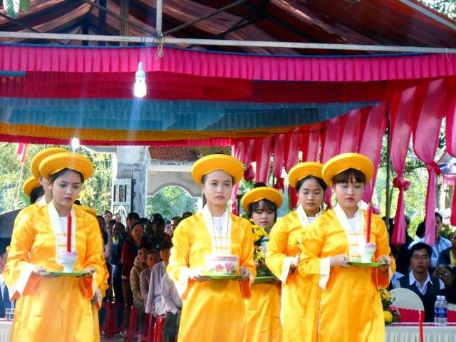 Người dân dâng hương, hoa, trà… lên Bà Chiêm Sơn