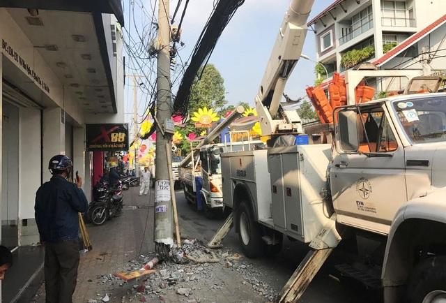 Trụ điện trung thế trên đường Võ Văn Ngân, quận Thủ Đức bị xe tải tông gãy trơ khung sắt, ngã nghiêng ra đường.