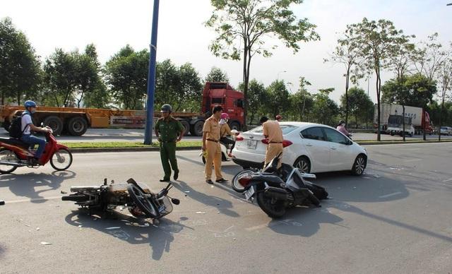 Hiện trường vụ tai nạn ô tô tông nhiều xe máy trên đại lộ Mai Chí Thọ
