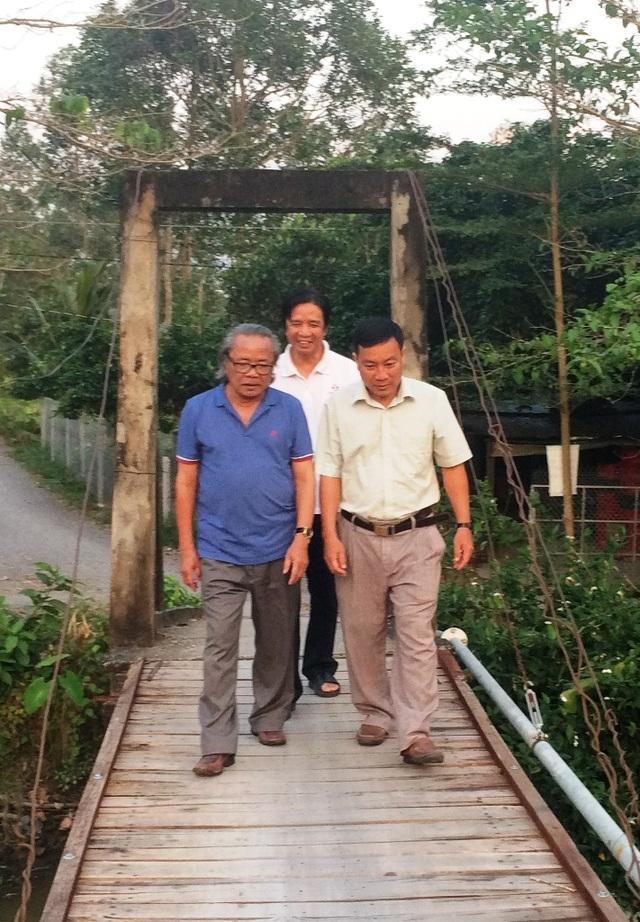 Nhà báo Phan Huy cùng lãnh đạo thị trấn Lai Vung đến khảo sát lại cầu Vành Đai để chuẩn bị lễ khởi công xây cầu mới mang tên Dân trí vào ngày 15/2 sắp tới