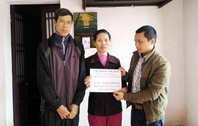 Phóng viên báo Dân trí trao số tiền 34.900.000 đồng mà bạn đọc ủng hộ gia đình anh Quang, chị Huế.