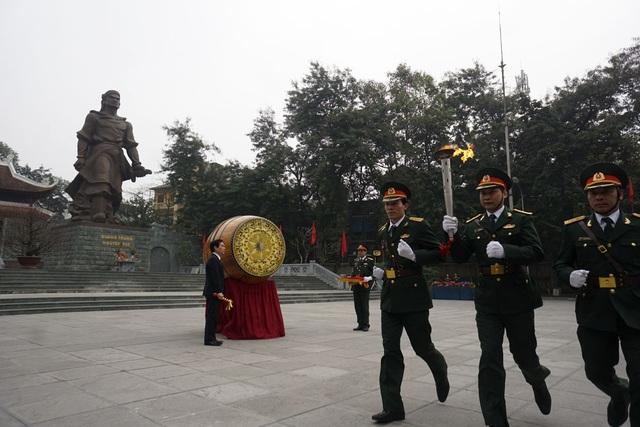 Lễ thắp lửa truyền thống dưới chân tượng đài đài vua Quang Trung mở màn cho Lễ giao nhận quân.