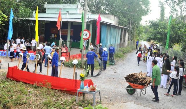 Từ sáng sớm rất đông người dân và các em học sinh đến tham dự lễ khởi công cầu Dân trí bắc qua kênh Cái Bàn