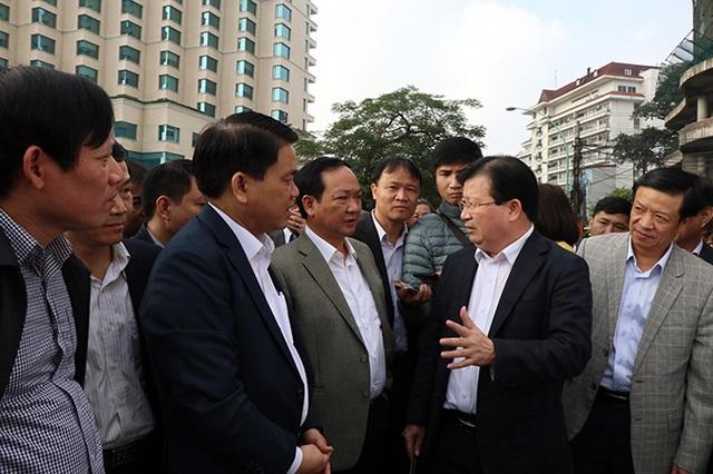 Phó Thủ tướng Trịnh Đình Dũng trao đổi với lãnh đạo thành phố Hà Nội về các dự án giao thông