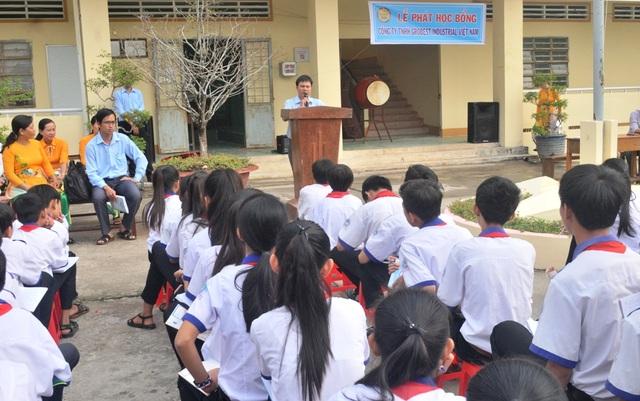 Ông Nguyễn Tiến Việt – Trưởng đại diện công ty Grobest Việt Nam tại Kiên Giang cùng báo Dân trí đến trao 30 suất học bổng cho các em học sinh trường THCS Vĩnh Bình Nam 1