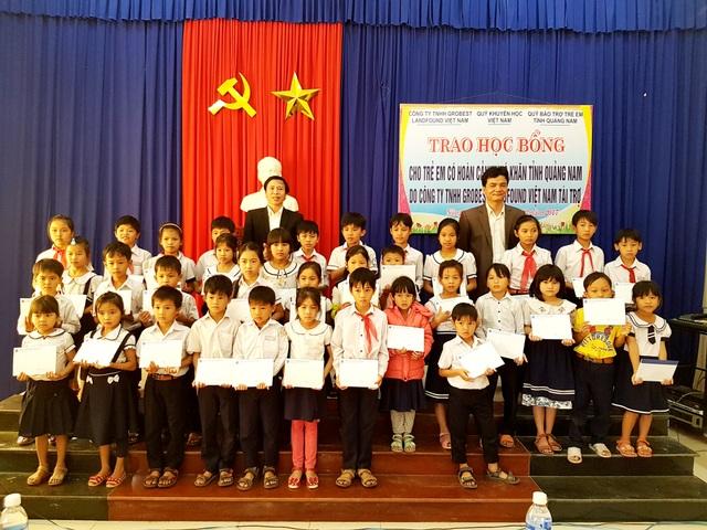 Ông Nguyễn Văn Phong- Trưởng đại diện công ty Grobest Việt Nam tại Quảng Nam, Quảng Ngãi trao học bổng đến các em học sinh huyện Nông Sơn