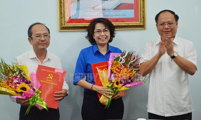 Uỷ viên trung ương Đảng, Phó Bí thư Thường trực Thành uỷ TPHCM Tất Thành Cang (người đứng bìa phải) trao quyết định điều động cán bộ đối với bà Tô Thị Bích Châu và ông Nguyễn Hoàng Năng. (Ảnh: Thành uỷ TPHCM).