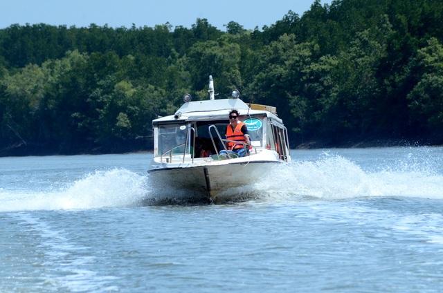 Ca nô cao tốc đưa du khách lần lượt vượt sông Dinh Bà, sông Lò Rèn để tiến sâu vào khu dự trữ sinh quyển thế giới.