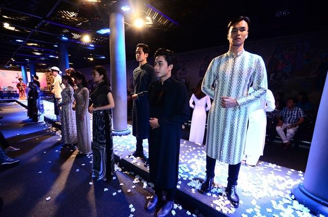 Phần trình diễn áo dài của nhà thiết kế Sĩ Hoàng.