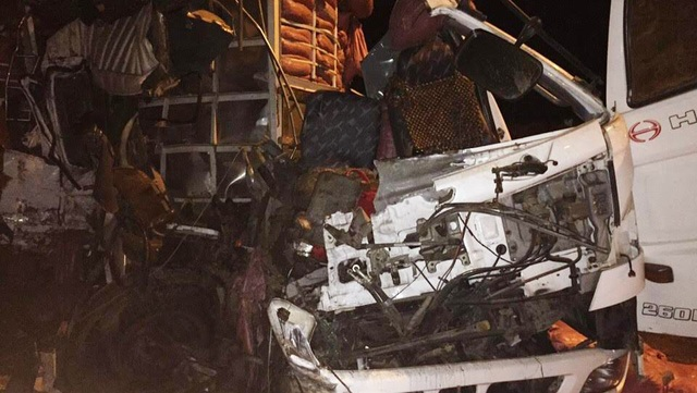 Chiếc xe tải bẹp dúm, biến dạng hoàn toàn sau vụ tai nạn.