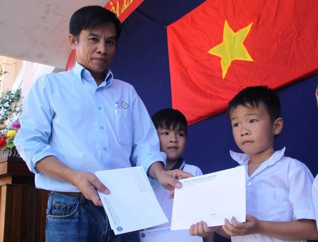 Đại diện Cty Cty TNHH Grobest Việt Nam trao học bổng cho học sinh nghèo tỉnh Bình Định