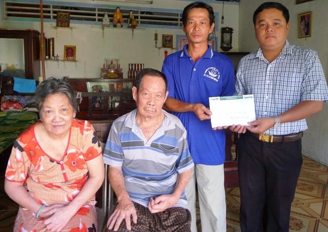 Đại diện bạn đọc Dân trí, ông Trần Phương Nam – Phó Chủ tịch phường Châu Văn Liêm trao số tiền 4.360.000 đồng cho gia đình anh Tôn Nhơn Lập.