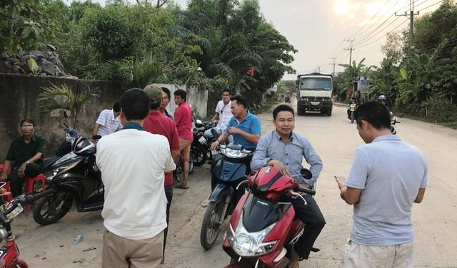 Từ chiều đến tối 25/2, rất đông người dân tập trung trên đường vào mỏ đá Tân Cang để dựng rào chắn, ngăn chặn xe ben ra vào mỏ đá.