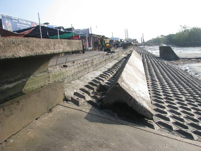 Kè đê biển Nhà Mát hiện bị gãy hơn hơn 25m dầm mũ chắn sóng, ảnh hưởng không nhỏ đến đời sống của người dân bên trong.